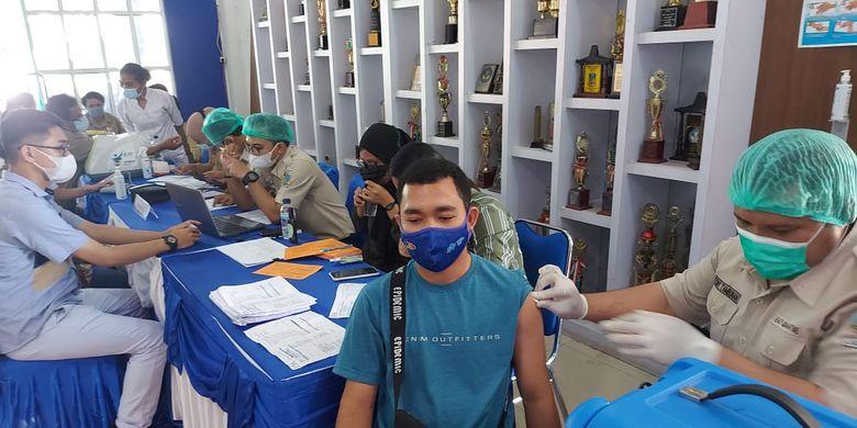Guru yang tengah divaksin di Kantor DPPAD Papua, Jayapura, Papua, Selasa (29/6/2021)