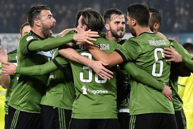 Para pemain Juventus merayakan gol Sami Khedira ke gawang Chievo Verona dalam pertemuan kedua tim di ajang Liga Italia di Stadion MarcAntonio Bentegodi pada Sabtu (27/1/2018).