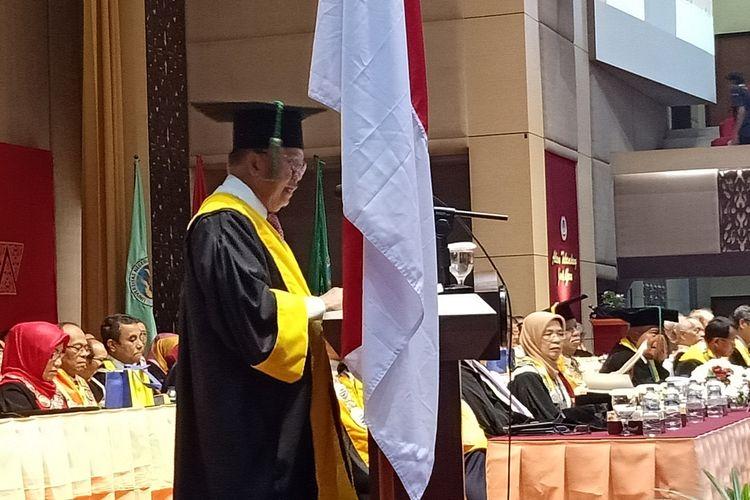 Mantan Wakil Presiden RI, HM Jusuf Kalla menyampaikan pidato ilmiahnya dalam Rapat Senat Terbuka Universitas Negeri Padang, Kamis (5/12/2019)