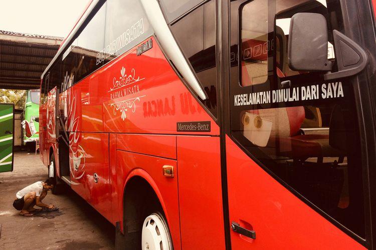 Kru bus menyiapkan kendaraan yang akan digunakan untuk armada mudik lebaran di Garasi Bus Maju Lancar, Siyono, Playen, Selasa (12/6/2018). Pemerintah Kabupaten Gunungkidul menggelar pemeriksaan bus yang akan digunakan sebagai armada mudik lebaran guna menjamin keselamatan penumpang, meliputi pemeriksaan kelengkapan, fungsi, hingga alat keselamatan kendaraan.