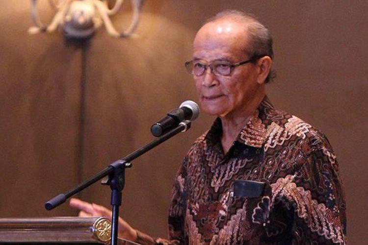 Tokoh masyarakat Buya Syafii Maarif memberikan paparannya pada acara Simposium Nasional Membedah Tragedi 1965, di Jakarta, Senin (18/4/2016).