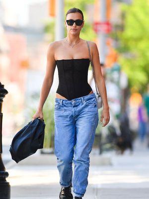 Irina Shayk ketika terlihat di jalanan New York, (16/6/2021).