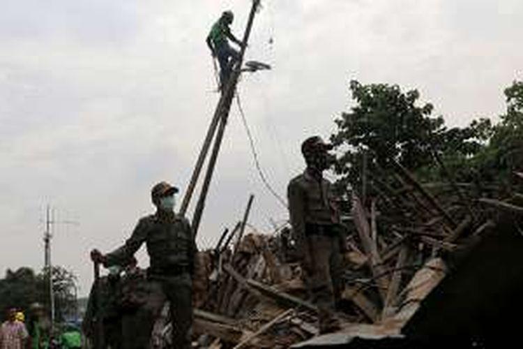 Proses pembongkaran rumah warga di Bukit Duri, Tebet, Jakarta, Rabu (28/9/2016). Pemerintah Provinsi DKI Jakarta menggusur bangunan yang berbatasan langsung dengan Sungai Ciliwung terkait upaya normalisasi, dan akan merelokasi warga ke Rusun Rawa Bebek.