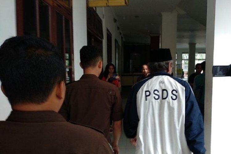 Setelah buron, mantan Kepala Dinas PU Deliserdang Ir Faisal akhirnya ditangkap. Dia dibawa ke Kejati Sumut, Sabtu (10/11/2018).