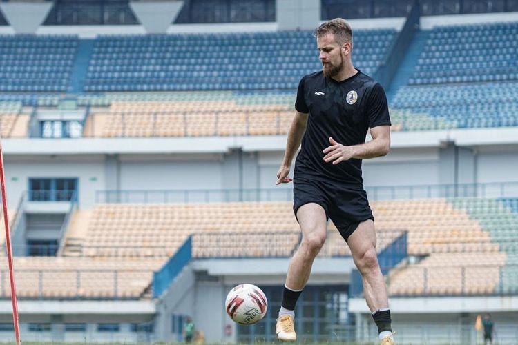Pemain bertahan PS Sleman Mario Maslac saat berlatih pada turnamen Piala Menpora 2021.