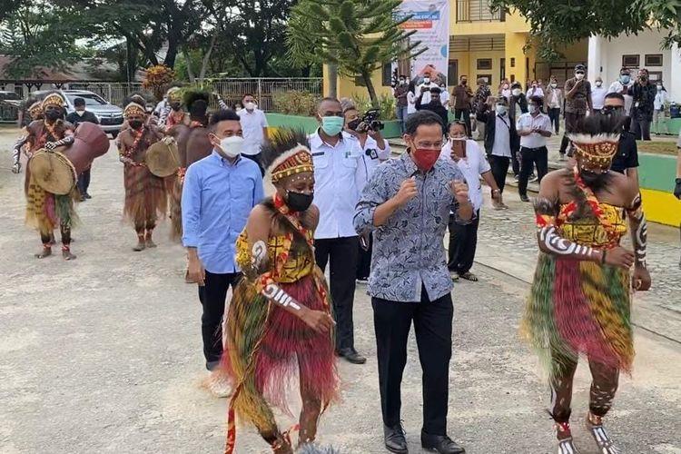 Stafsus Presiden Billy Mambrasar mendampingi Mendikbud Nadiem Makarim melakukan kunjungan kerja ke Sorong, Papua Barat, Kamis (11/02/2021).