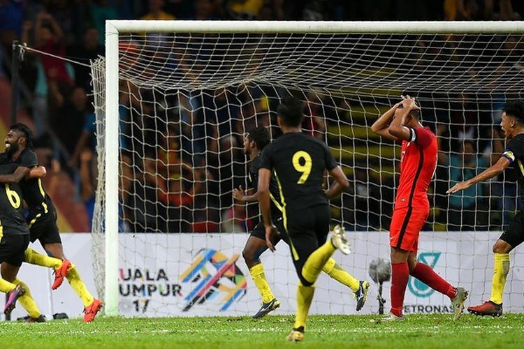 Penyerang timnas Malaysia, Thanabalan Nadarajah (2 dari kiri), melakukan selebrasi bersama rekannya setelah mencetak gol ke gawang Singapura dalam pertandingan penyisihan Grup A SEA Games 2017 di Shah Alam Stadium, Kuala Lumpur, 16 Agustus 2017.