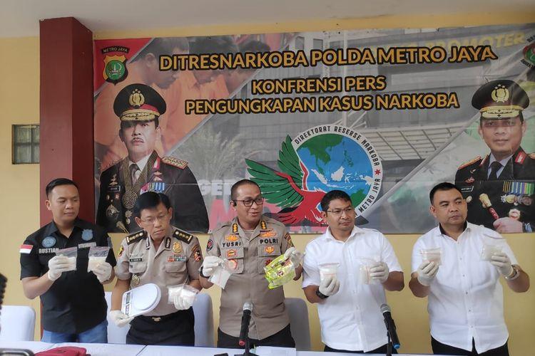 Kabid Humas Polda Metro Jaya Kombes Yusri Yunus (Tengah) bersama jajaran polisi di Rumah Sakit Polri Kramat Jati, Jakarta Timur, Rabu (4/12/2019), saat konferensi pers pengungkapan kasus peredaran narkoba di Jakarta.