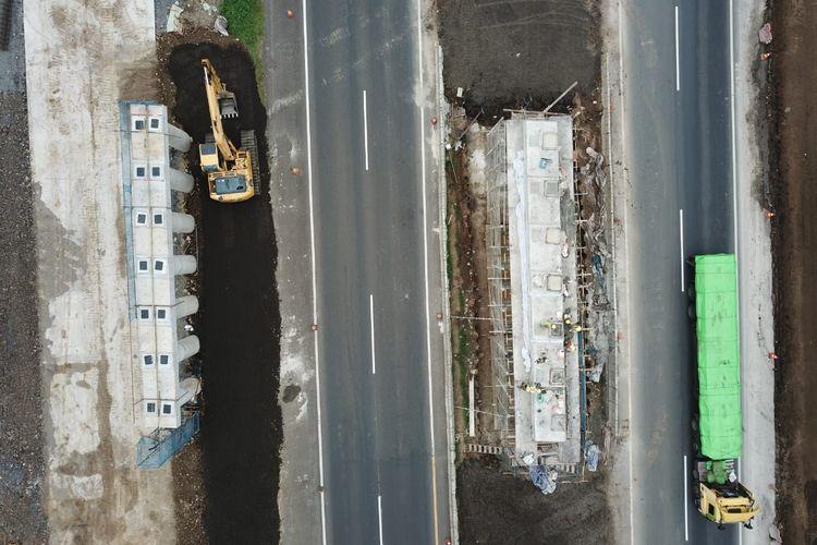 Pemasangan girder jembatan di KM 158 akses tol Bandara Internasional Jawa Barat (BIJB) Kertajati