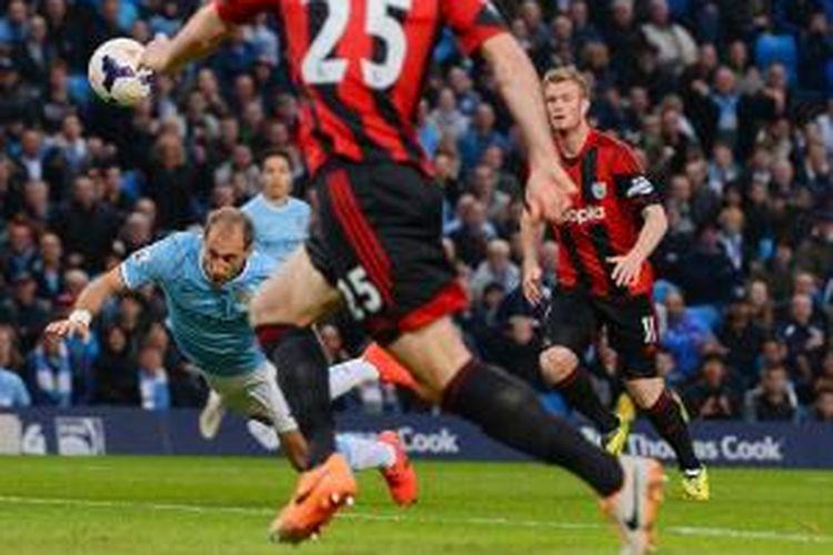 Bek Manchester City, Pablo Zabaleta, mencetak gol ke gawang West Bromwich Albion dalam lanjutan Premier League, Senin (21/4/2014).