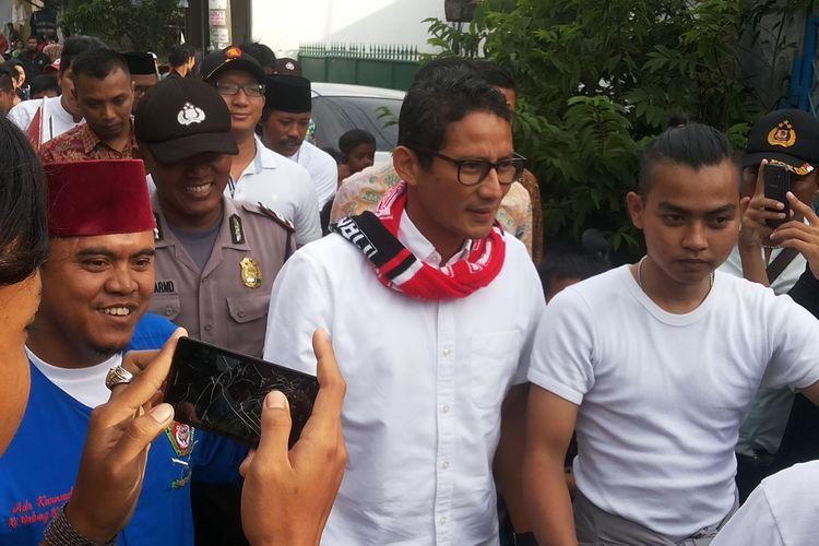 Calon wakil gubernur DKI Jakarta nomor pemilihan tiga Sandiaga Uno saat berkampanye di Tegal Alur, Kalideres, Jakarta Barat, Selasa (7/3/2017).
