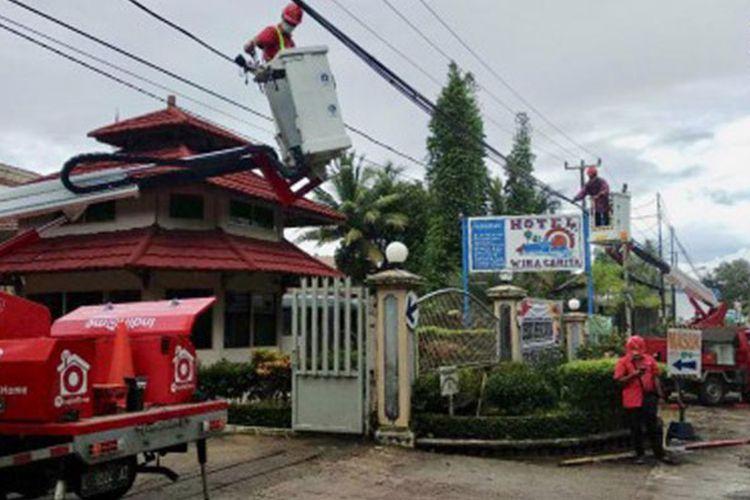 Proses pembenahan insfrastruktur telekomunikasi oleh teknisi TelkomGroup di wilayah Banten.