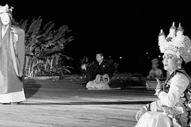 Kisah cinta segitiga antara Putri Kang Cing Wei, yang berasal dari Tiongkok; dan Jayapangus, raja dari Bali utara; serta Dewi Danu dari Gunung Batur, Bali, diangkat dalam pergelaran kolaborasi kesenian tradisional Jepang dan Indonesia di Rumah Topeng dan Wayang Setia Darma, Sukawati, Gianyar, Bali, Selasa (1/7/2014) malam. Pementasan itu melibatkan seniman tari dan musisi Noh, yakni drama musikal tradisional Jepang, dan seniman Indonesia.