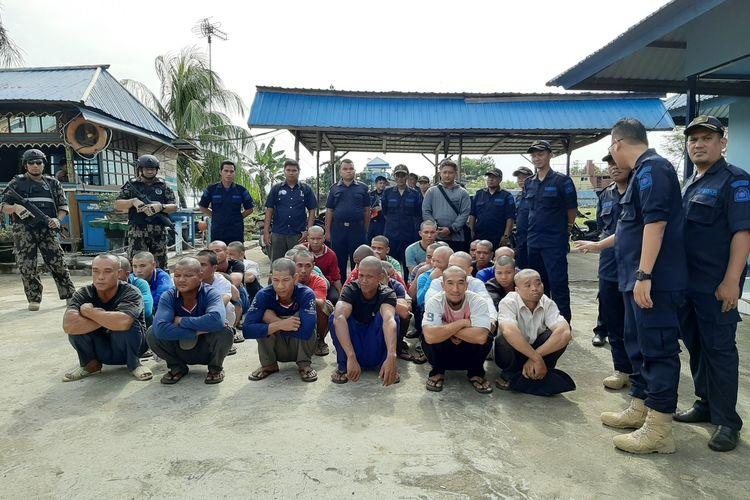 Puluhan warga negara Vietnam yang ditangkap bersama tiga kapal nelayan berbendera Vietnam di Laut Natuna Utara, Senin (30/12/2019).