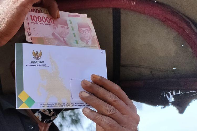 Ratusan tukang becak antre memperoleh sedekah yang berasal dari zakat dan infak para ASN Kulon Progo, DI Yogyakarta. Masing-masing tukang becak beroleh uang tunai Rp 200.000. Para tukang becak mengaku terbantu di tengah sepinya penumpang pada masa pandemi Covid-19.