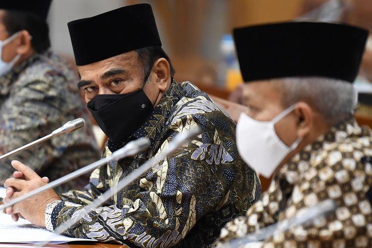 Menteri Agama Fachrul Razi (kiri) mengikuti rapat kerja bersama Komisi VIII DPR di Kompleks Parlemen Senayan, Jakarta, Rabu (18/11/2020). Raker tersebut membahas evaluasi penyelenggaraan umroh dan pendidikan pondok pesantren saat pandemi COVID-19. ANTARA FOTO/Puspa Perwitasari/hp.