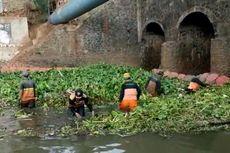 Sampah Eceng Gondok Sumbat Kali Sunter di Makasar