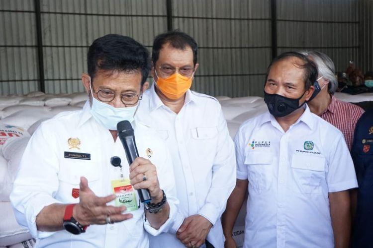 Menteri Pertanian Syahrul Yasin Limpo saat mengunjungi gudang pupuk milik dua anak perusahaan PT Pupuk Indonesia (Persero) yakni PT Pupuk Kujang dan PT Petrokimia Gresik di Indramayu, Sabtu (5/9/2020)