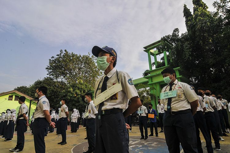Sejumlah siswa-siswi baru mengikuti upacara di SMAN 2 Bekasi di Jawa Barat, Senin (13/7/2020). Menurut pihak sekolah sebanyak 48 siswa baru dari 384 peserta didik baru menjadi perwakilan mengikuti upacara bendera, yang merupakan rangkaian kegiatan Masa Pengenalan Lingkungan Sekolah (MPLS) selama tiga hari.