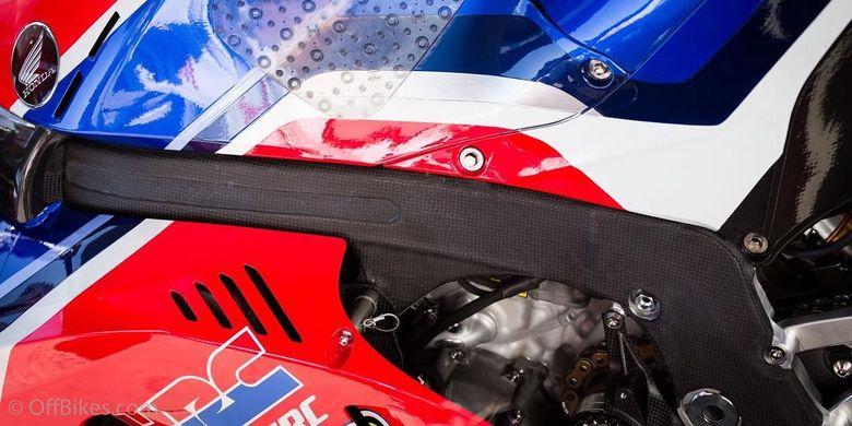 Honda RC213V terbaru menggunakan sasis yang diperkuat lapisan serat karbon.