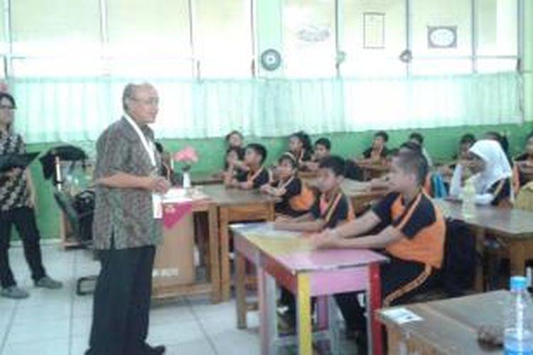 Wakil Pimpinan Umum Kompas St Sularto saat mengajar dalam Kelas Inspirasi untuk kelas 5 SDN Kemayoran 01 Pagi, Jakarta, Kamis (24/4/2014).