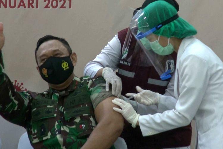 Komandan Korem (Danrem) 162 Wira Bhakti, Brigjen TNI, Ahmad Rizal Ramdhani, saat menerima vaksin sinovac 14 Januari 2021 lalu, mengakui terpapar virus corona covid-19, dan mengatakan dalam kondisi terus membaik.