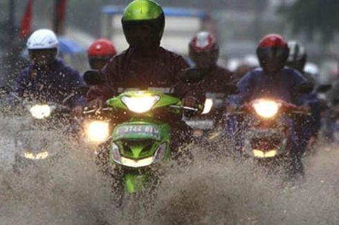 Batas Aman Motor Terobos Genangan Air saat Musim Hujan