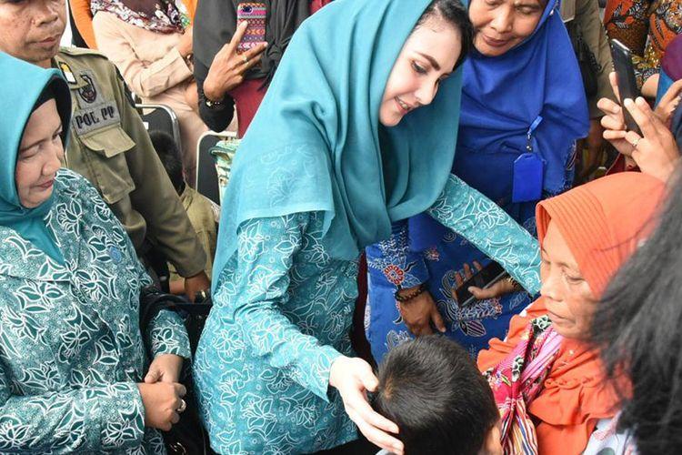 Arumi Bachsin Serahkan Bantuan kepada Korban Banjir Bandang Bondowoso