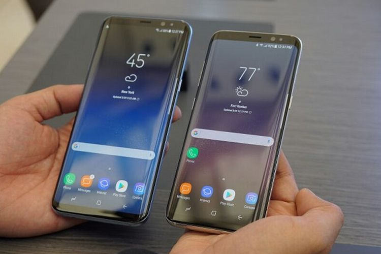 Samsung Galaxy S8 Plus (ki) dan Galaxy S8 (ka), Rabu (29/3/2017) di acara peluncuran bertajuk Unbox Your Phone, di Lincoln Center, New York, AS.