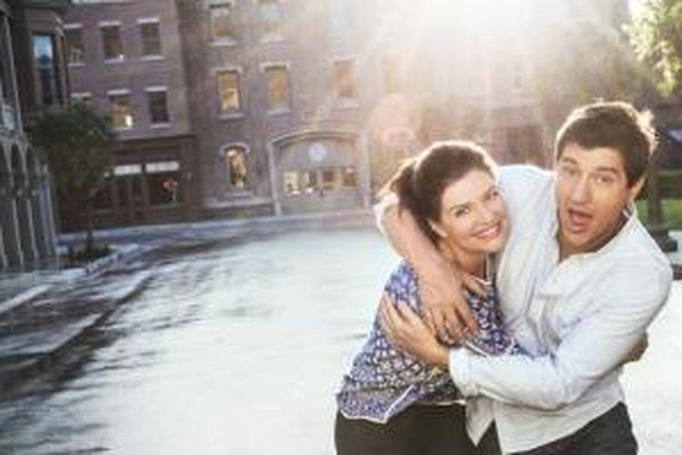 Jake Schuffman (Ken Marino) dan Annie Fletcher (Casey Wilson) dalam sebuah adegan sitkom Marry Me