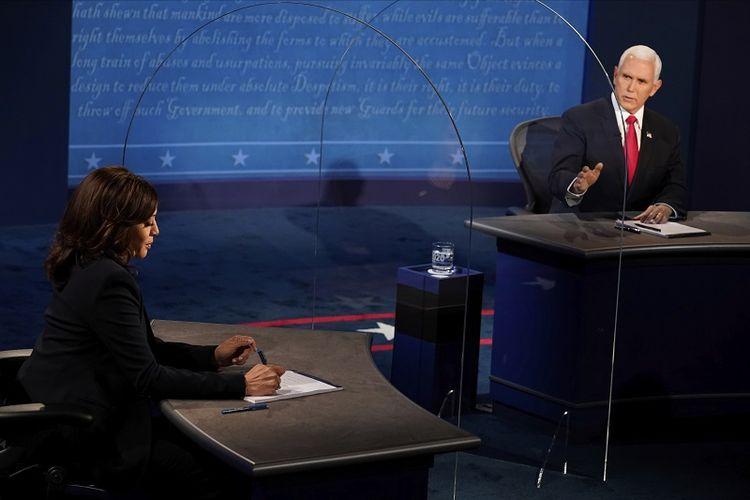Wakil Presiden Mike Pence melihat calon wakil presiden dari Partai Demokrat Senator California Kamala Harris, saat dia menjawab pertanyaan selama debat wakil presiden pada Rabu, 7 Oktober 2020, di Kingsbury Hall di kampus Universitas Utah di Salt Lake City.