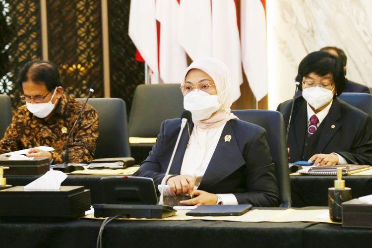 Menteri Ketenagakerjaan (Menaker) Ida Fauziyah dalam siaran Pers Biro Humas di Jakarta, Kamis (1/7/2021), meminta seluruh pihak menghormati putusan Mahkamah Konstitusi (MK) yang menolak gugatan Konfederasi Serikat Buruh Sejahtera Indonesia ((K)SBSI) tentang Uji Materiil Undang-Undang (UU) Cipta Kerja.