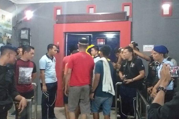 Proses evakuasi dan pemindahan ratusan tahanan dari Rutan Siak ke Rutan Sialang Bungkuk Pekanbaru