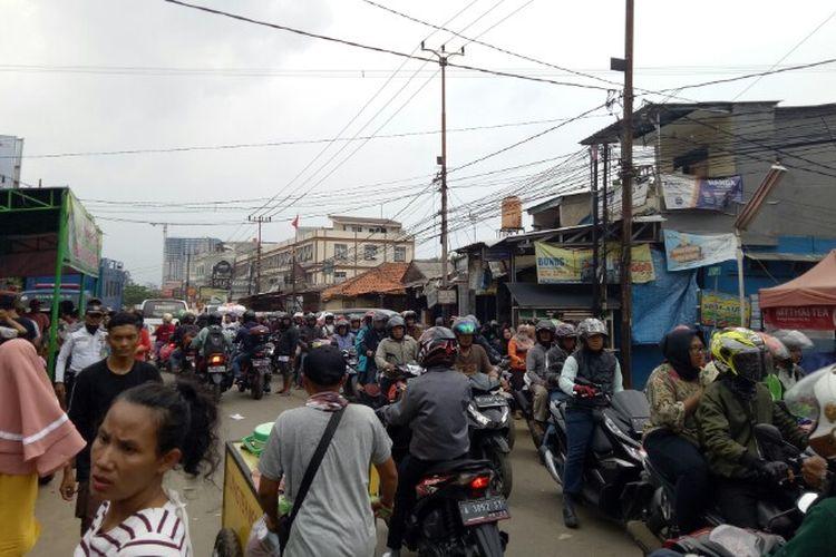 Banjir yang melanda Jalan KH Hasyim Ashari, Ciledug, Kota Tangerang, sudah surut pada Jumat (3/1/2020). Saat ini jalan penghubung dari arah Kebayoran Lama menuju Cipondoh dan arah sebaliknya sudah dapat dilintasi kendaraan.