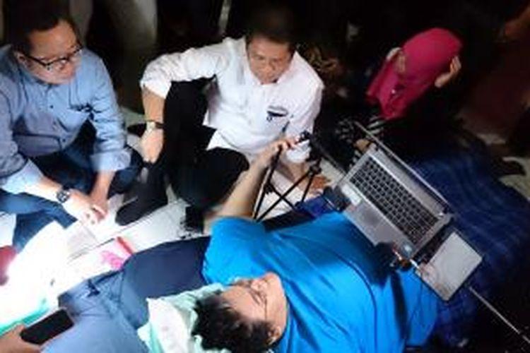 Menkominfo, Rudiantara (berbaju putih) berbincang dengan Samuel Franklyn, programmer yang menderita lumpuh di kediamannya di Tanjung Duren, Jakarta Barat, Rabu (5/11/2014).