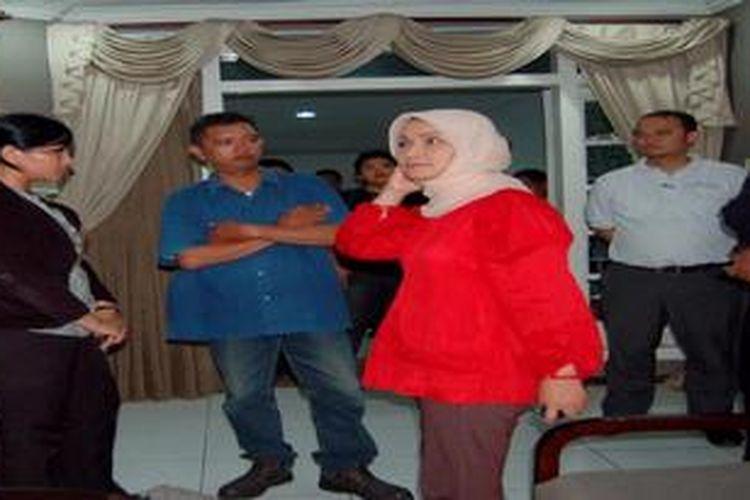 Rustriningsih (baju merah) mencoba menyakinkan para pendukungnya agar tetap bersemangat dan terus berjuang menegakkan kebenaran, sesaat setelah dirinya batal maju sebagai calon gubernur dalam Pilgub Jateng, Selasa (5/3/2013) malam.