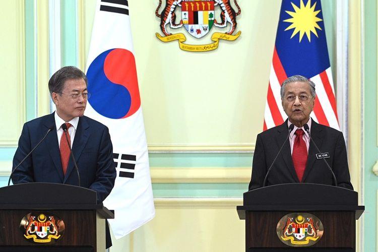 PM Malaysia Mahathir Mohamad menggelar jumpa pers bersama Presiden Korea Selatan President Moon Jae-in di Putrajaya pada 13 Maret 2019.