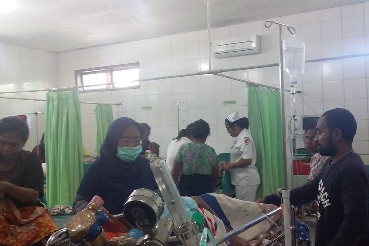 Foto : Ruangan UGD RUD TC.Hiller Maumere dipenuhi pasien-paien penderita DBD senin (24/2/2020).