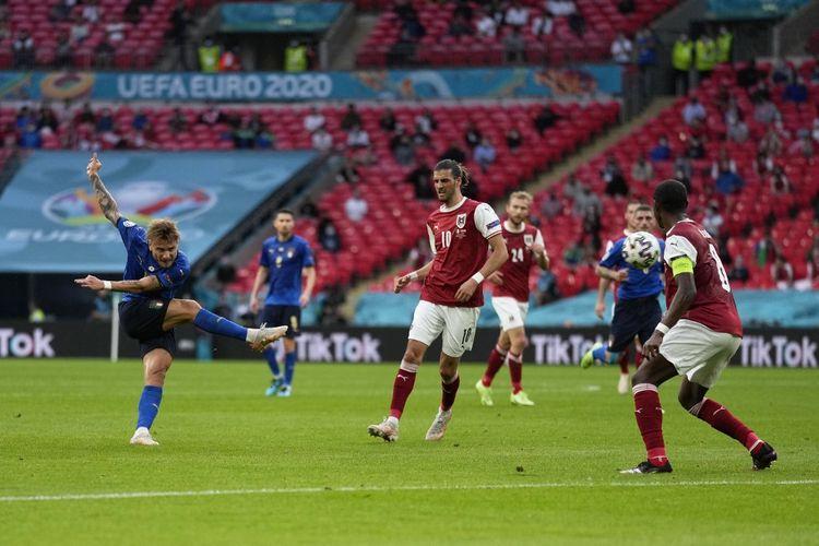 Penyerang Italia Ciro Immobile (kiri) melepas tembakan dalam laga babak 16 besar Euro 2020 di Stadion Wembley, Inggris, 26 Juni 2021.