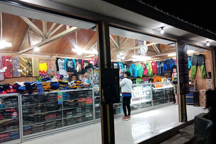 Sebuah toko perlengkapan pendakian di Puncak Pananjakan, di Desa Wonokitri, Kecamatan Tosari, Kabupaten Pasuruan, Jawa Timur, saat dini hari sebelum matahari terbit, Sabtu (21/4/2018).