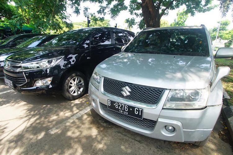 Kondisi mobil Suzuki Grand Vitara yang parkir di Bandara Adi Soemarmo lebih dari enam bulan. Lamanya waktu parkir membuat tagihan tarif parkir mencapai lebih dari Rp 10 juta.