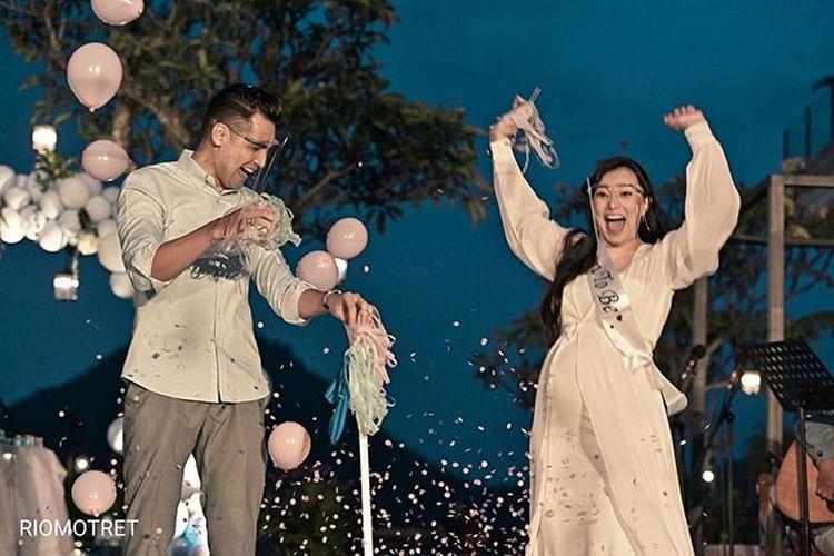 Pasangan artis Asmirandah dan Jonas Rivanno menggelar acara gender reveal untuk mengumumkan jenis kelamin calon anak pertama mereka.