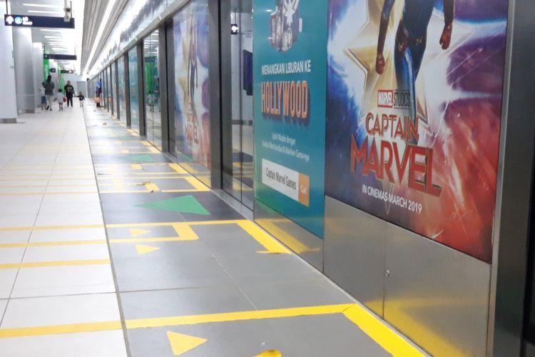 Ilustrasi reklame stiker yang tertempel di Stasiun MRT Jakarta Stasiun Bundaran HI.