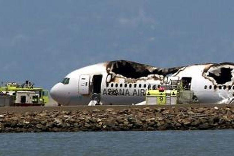 Pesawat terbang Boeing 777 milik maskapai penerbangan Korea Selatan Asiana Airlines jatuh saat mendarat di bandara internasional San Francisco, AS. Pesawat ini melayani penerbangan Seoul-San Francisco dan membawa lebih dari 300 orang penumpang dan awak.