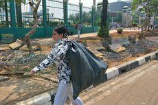 Mengikuti Awkarin Bersih-bersih Sampah Pascademo di Gedung DPR