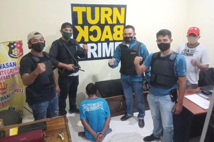 Pelaku pembunuhan pemilik warung di Lampung Tengah, RBT (27) usai ditangkap aparat Polsek Seputih Banyak, Minggu (11/5/2020). Pelaku diduga membunuh karena tidak terima ditagih utangnya. (FOTO: Dok. Polsek Seputih Banyak)