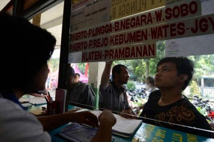 Calon penumpang mencari tiket bus tujuan Jawa Tengah di agen penjualan di Terminal Lebak Bulus, Jakarta Selatan, Jumat (2/8/2013).