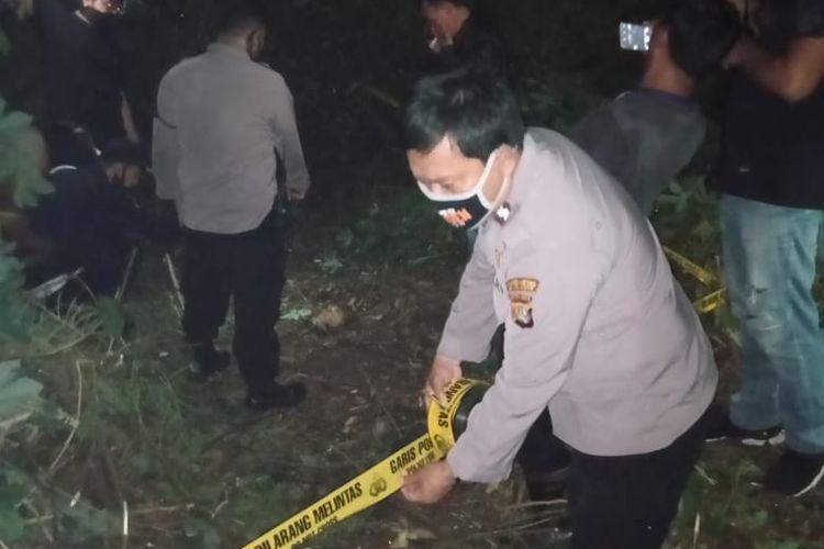 Lokasi penemuan kerangka jenazah manusia di lahan kosong kawasan Kelurahan Pekayon Jaya, Kota Bekasi diberi garis polisi.