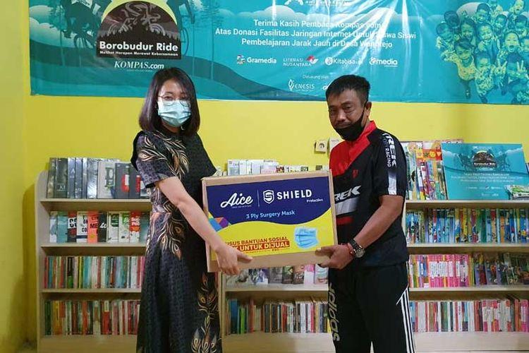 Donasi 4.000 pcs masker medis diberikan Aice kepada Lurah Desa Wanurejo Edy Suyantono.