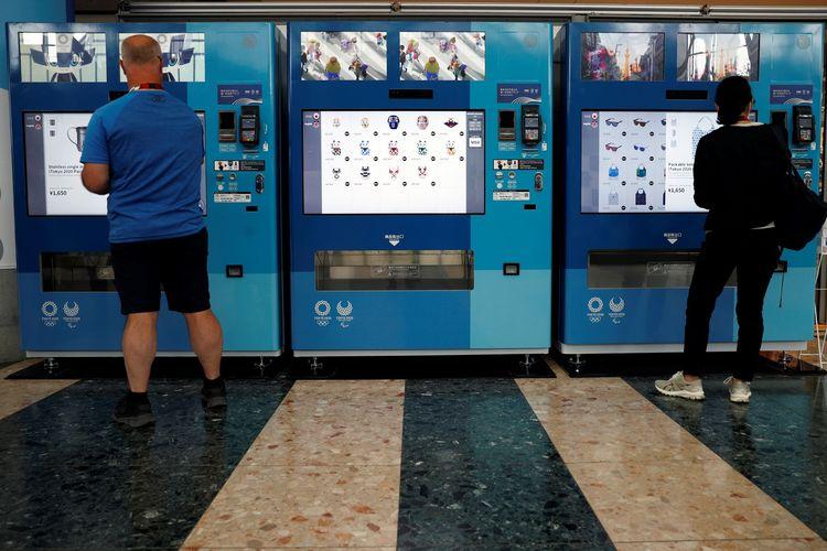 Oleh-oleh Olimpiade Tokyo 2020 yang dijual lewat mesin penjual otomatis di Jepang.